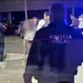 Patrullas de la Policía Local y la Policía Nacional en el lugar en el lugar en el que se dispuso el operativo de control en el polígono de Altabix