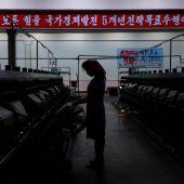 Una mujer norcoreana en una fábrica de Pyongyang (Corea del Norte)