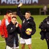 Iago Aspas saluda a la afición después del partido con el Celta