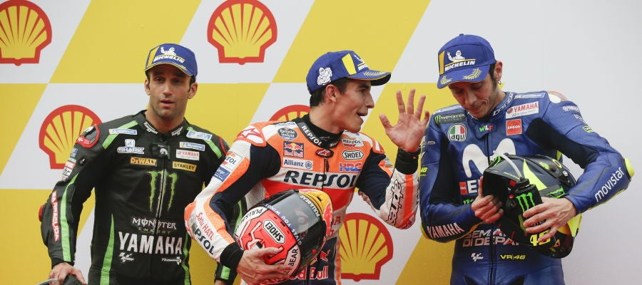 Márquez charla con Rossi tras lograr la pole