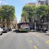Un autobus urbano circulando por la calle Corredora de Elche