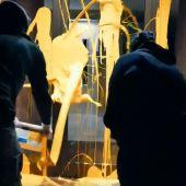 Dos miembros de Arran (CUP) arrojan pintura amarilla en el portal de la casa del juez Llarena
