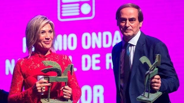 Julia Otero posa con premio Ondas por El Gabinete junto al periodista Isaías Lafuente