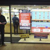Un hombre sale de una oficina de cambio de divisa en Londres, Reino Unido