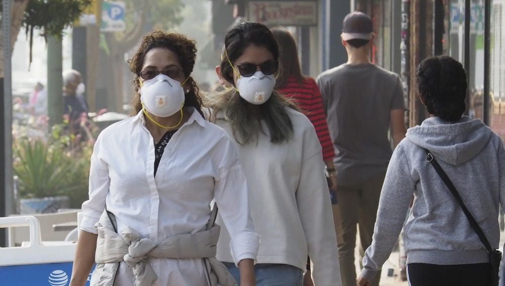Personas caminando con mascarillas en Oakland, California