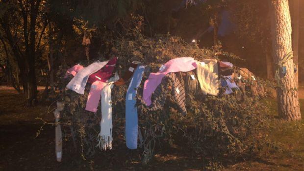 Imagen de las bufandas colocadas por vecinos de Alcalá de Henares para las personas sin techo