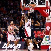 Jugadores del Real Madrid y Olympiacos pelean por un rebote