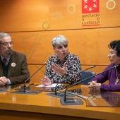 La diputada de Acción Social, Elena Vicente-Ruiz, junto con los fundadores de la asociación AFAVIR.