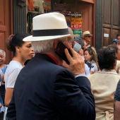 Borrell hablando por teléfono en las calles de La Habana