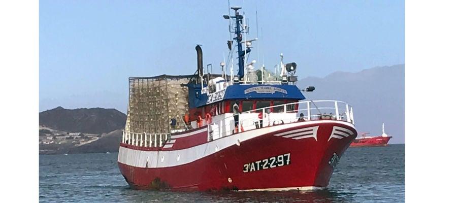 Pesquero de Santa Pola 'Nuestra Madre Loreto' que ha rescatado 12 migrantes de una patera en aguas de Libia