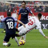 """El delantero del Sevilla André Silva (d) cae ante el defensa del Valladolid Antonio Jesús Regal """"Antoñito"""""""