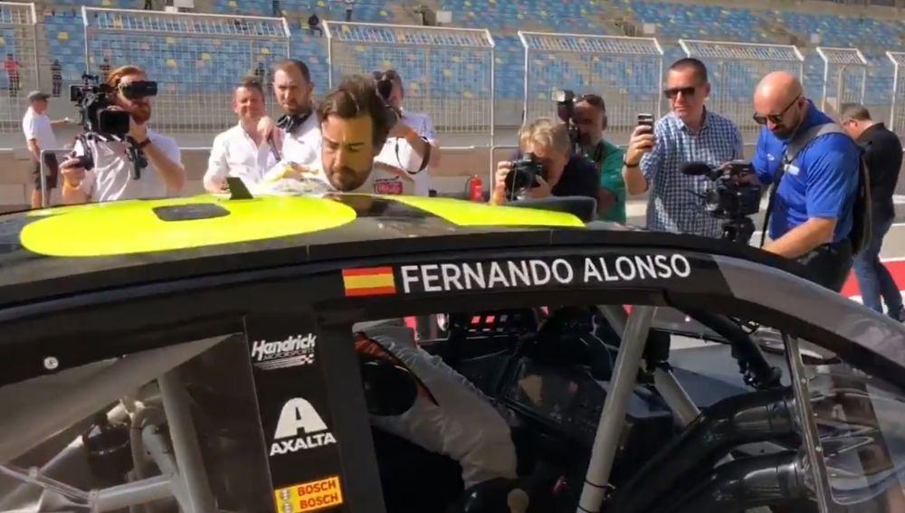 Fernando Alonso probando un monoplaza de la NASCAR en Shakir