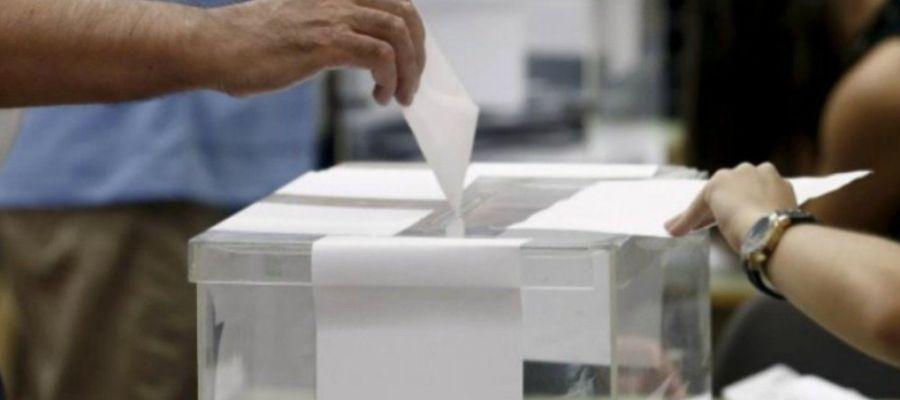Un ciudadano vota