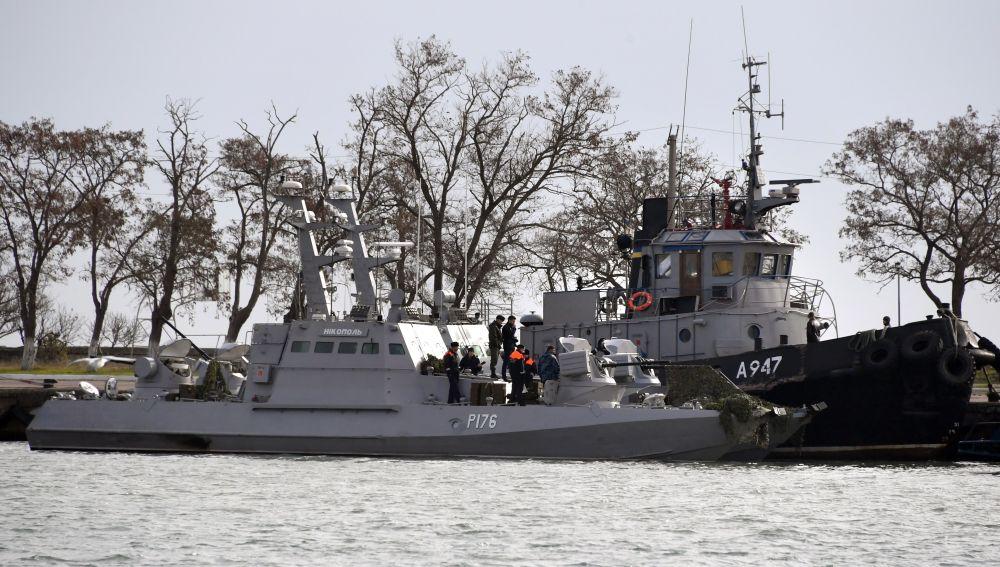 Un buque de guerra ucraniano y un remolcador permanecen en el puerto de Kerch