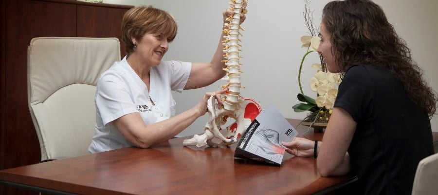 La fisioterapeuta María Jesús Coll, junto a la internacional Ana Martínez, jugadora del Club Balonmano Elche Mustang.