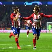 Koke y Griezmann celebran un gol del francés en el Metropolitano