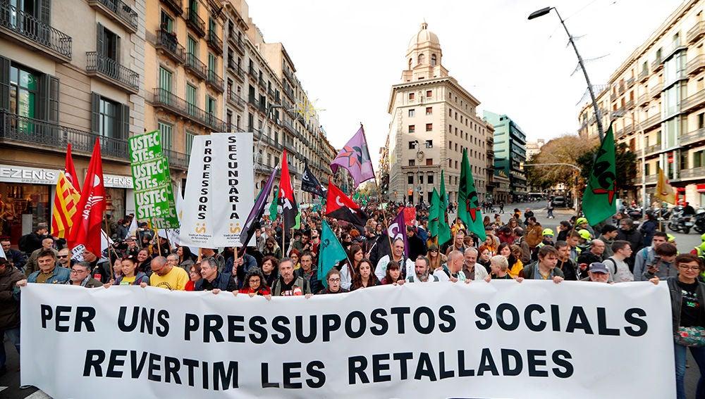 Empleados públicos y estudiantes se manifiestan en Barcelona contra los recortes