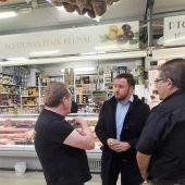 Pablo Ruz, portavoz del PP de Elche, con placeros del Mercado Provisional.