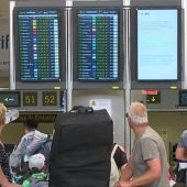 Agencias de viajes y de consumidores de Baleares y Canarias denuncian el aumento de precios en los vuelos con la península.