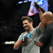 Juan Espino celebra su histórica victoria en la UFC