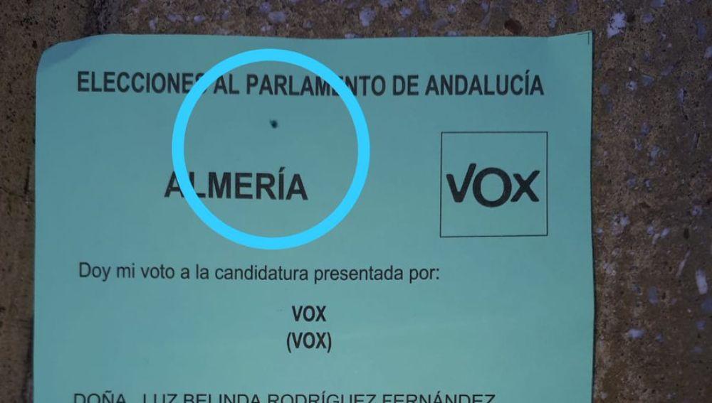 Una papeleta de Vox pintada