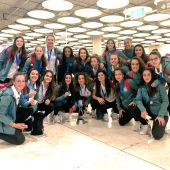 La selección española femenina sub17 en su llegada a Barajas