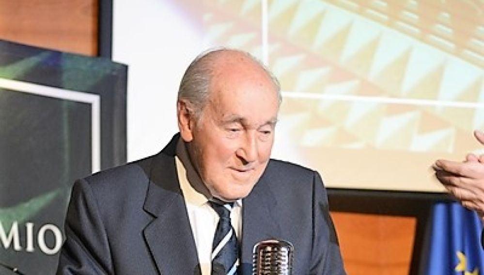 Manolo Jaén con el premio Ilicitano de Honor