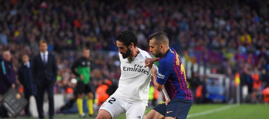 Isco protege el balón ante Jordi Alba