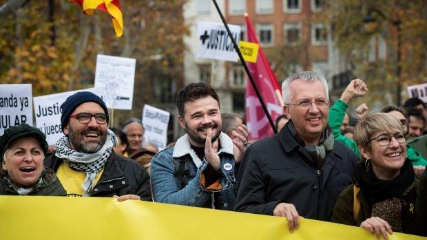 Gabriel Rufián durante la concentración convocada hoy ante la sede del Tribunal Supremo en Madrid por la organización soberanista Clam per la llibertat (Grito por la libertad) y apoyada por ERC, PDeCAT, CUP, la Crida Nacional y otras asociaciones