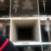 El Ayuntamiento de La Vall d'Uixó comprueba el vacío del nicho 46 tras una lápida con un nombre falso.