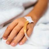 Un niño en una cama de hospital.