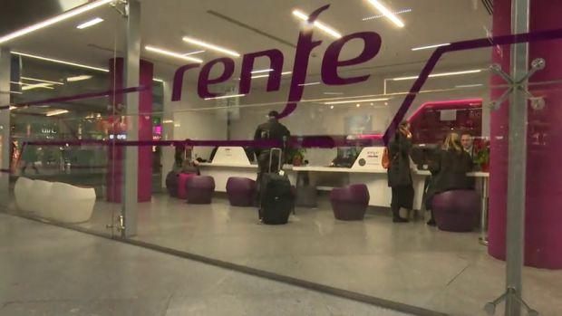 Un maquinista de Renfe hace bajar a todos los pasajeros del tren después de cumplir su jornada