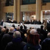L´alcalde José Benlloch junt amb la resta de membres de la corporació municipal a les portes de l´Ajuntament durant la lectura del manifest en defensa del llaurador.