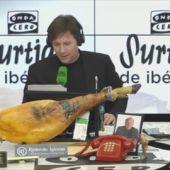 Latre Matías Prats habla con los premiados de la Lotería