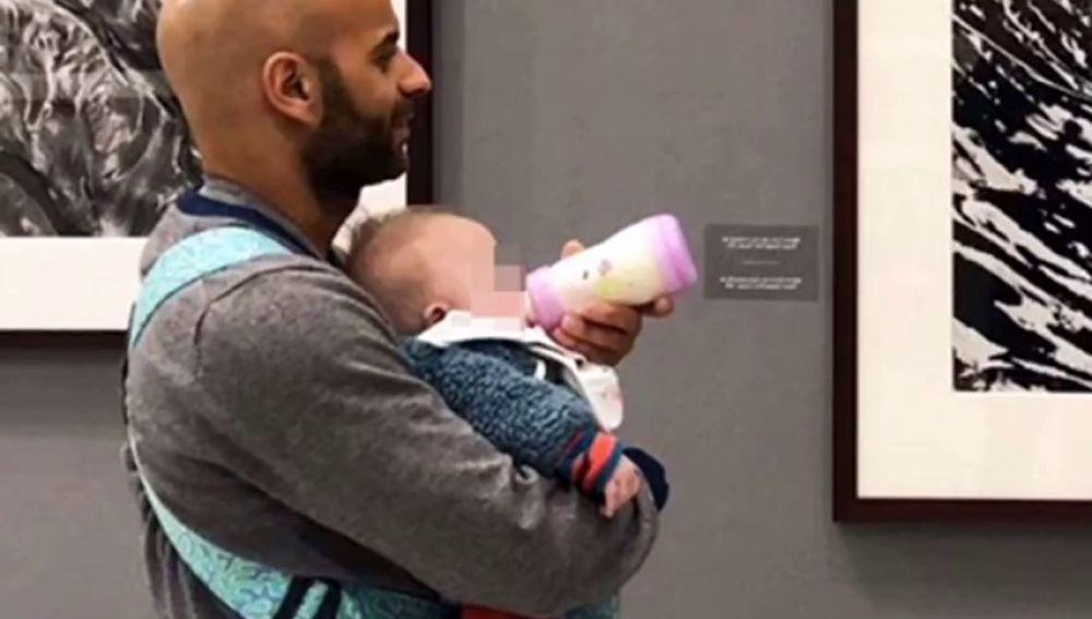 Un hombre y su hija adoptiva con síndrome de Down disfrutan felices después de que la pequeña fuera rechazada por 20 familias