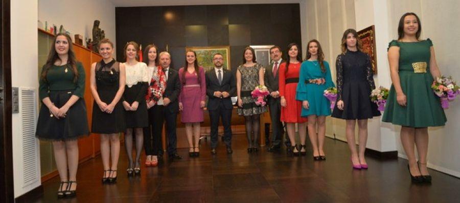 L´alcalde de Vila-real José Benlloch junt amb les reines i dames d´anys anteriors, en l´acte de nomenament.