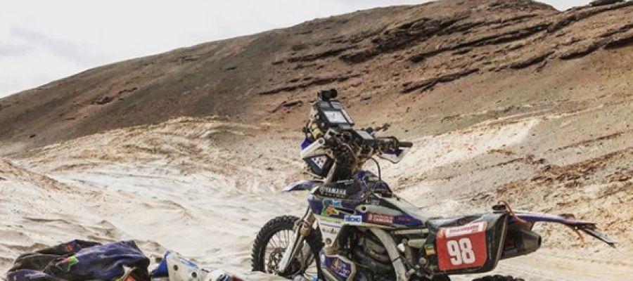 La moto de Sara García, atrapada en las dunas