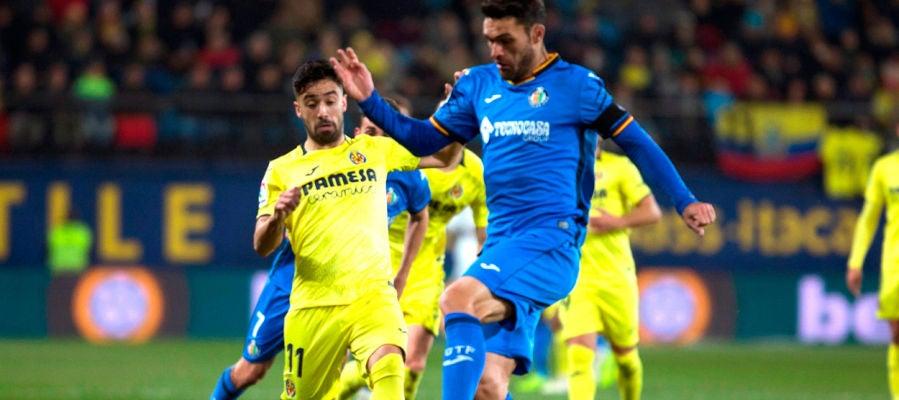 El defensa del Villarreal Jaume Costa pelea un balón con el delantero del Getafe Jorge Molina