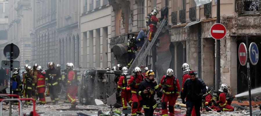 Los bomberos de París trabajan en la extinción
