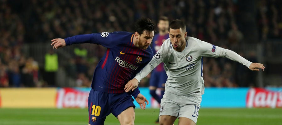 Messi y Hazard se disputan la posesión del balón