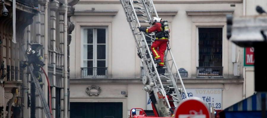 Los bomberos trabajan en el lugar de la explosión de una panadería en el centro de París