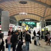 Pasajeros en la terminal de salidas del Aeropuerto de Alicante-Elche.