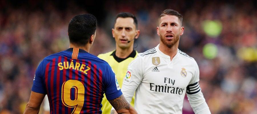 Luis Suárez y Sergio Ramos, en el Clásico de la primera vuelta