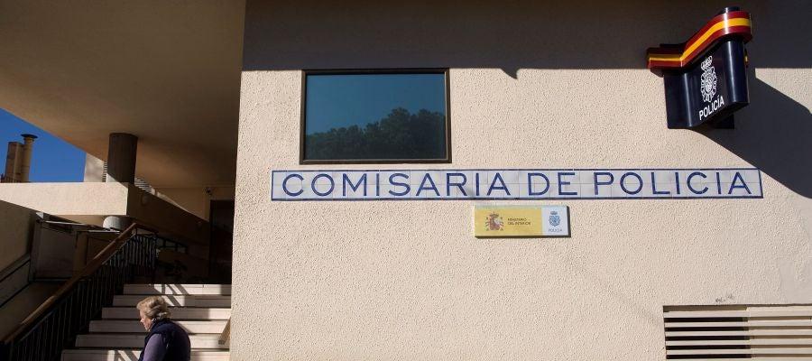 Vista del exterior de la comisaría de la Policía Nacional donde se encuentra arrestado el presunto autor del asesinato ayer en Fuengirola
