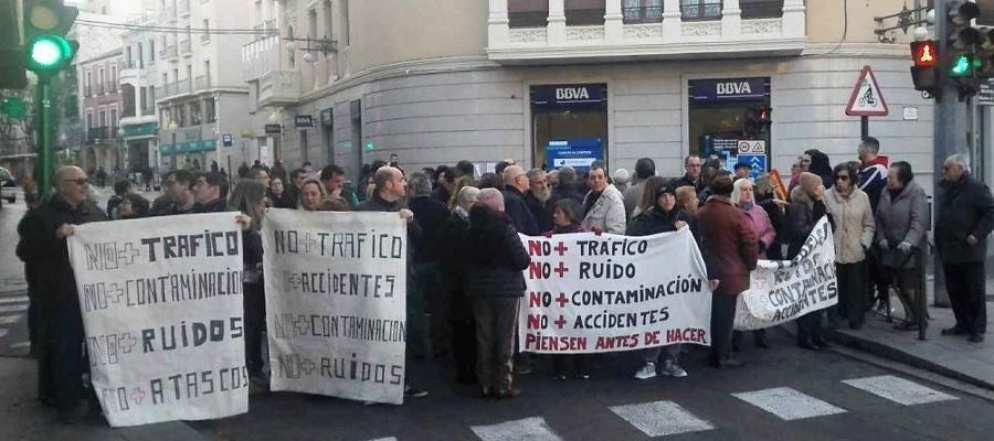Vecinos y comerciantes de la calle Alfonso XII concentrados junto al puente de Canalejas de Elche