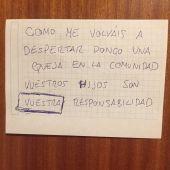 La queja de un vecino en la puerta de una familia porque su bebé llora