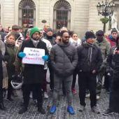 Conductores de VTC se concentran en Sant Jaume para entregar firmas contra la precontratación