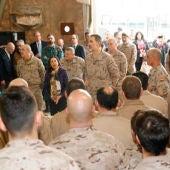 El Rey Felipe con Margarita Robles visitando a las tropas en Irak