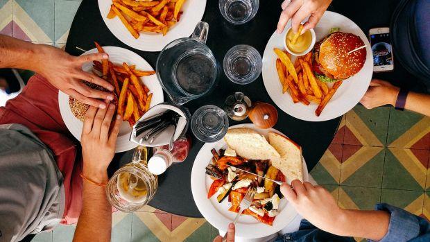 ¿Por qué la comida sabe peor de pie?