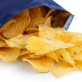 Una bolsa de patatas fritas abierta